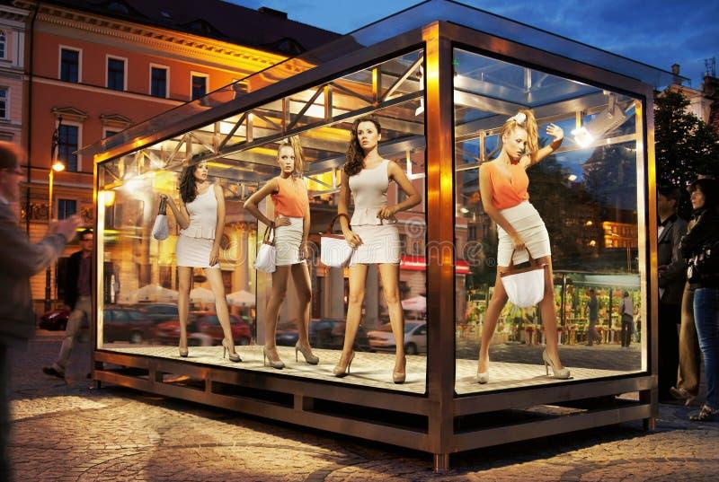 Okno na powystawowym okno zakupy kobiety obraz stock
