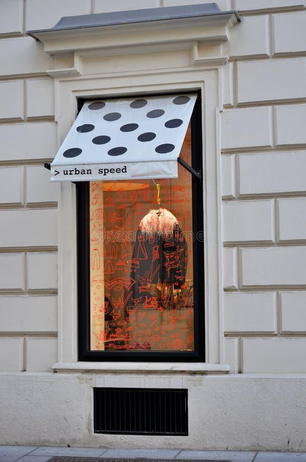 Okno nowożytny odzież sklep zdjęcie royalty free