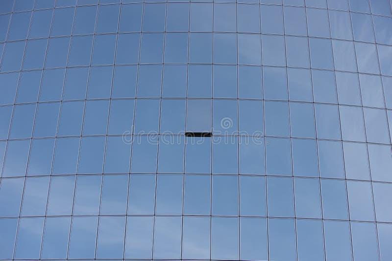 Okno odchylony na szklanym drapaczu chmur obraz stock