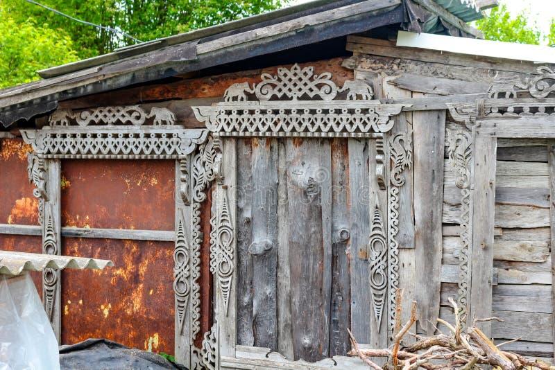 Okno rzeźbił drewnianych platbands z słoniami i dennymi koniami zdjęcia royalty free