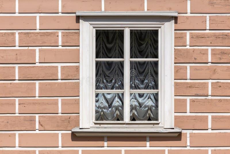 Okno w białej drewnianej ramie obrazy stock