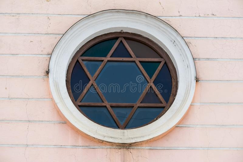 Okno w formie gwiazdy dawidowej na synagodze obraz royalty free