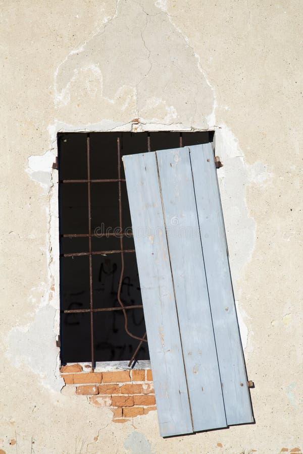 Okno w rujnującym domu obraz royalty free