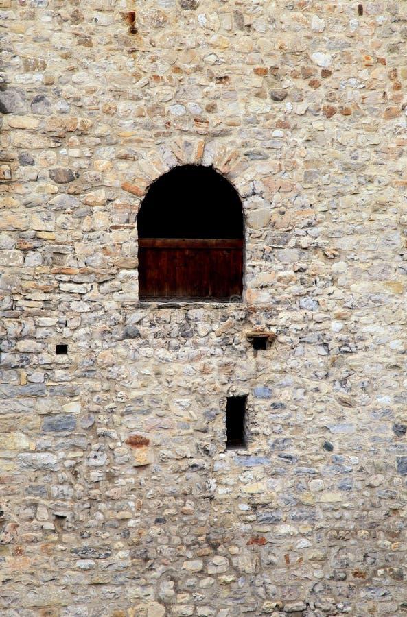 Okno w starej kamiennej ścianie średniowieczny kasztel zdjęcia stock
