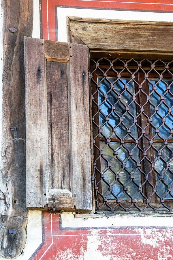 Okno w starym tradycyjnym bulgarian domu obraz royalty free