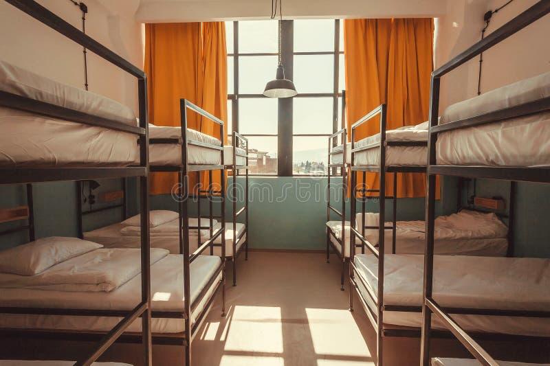 Okno w sypialni młodości schronisko z czystymi łóżkami dla relaksujących turystów i uczni obrazy stock