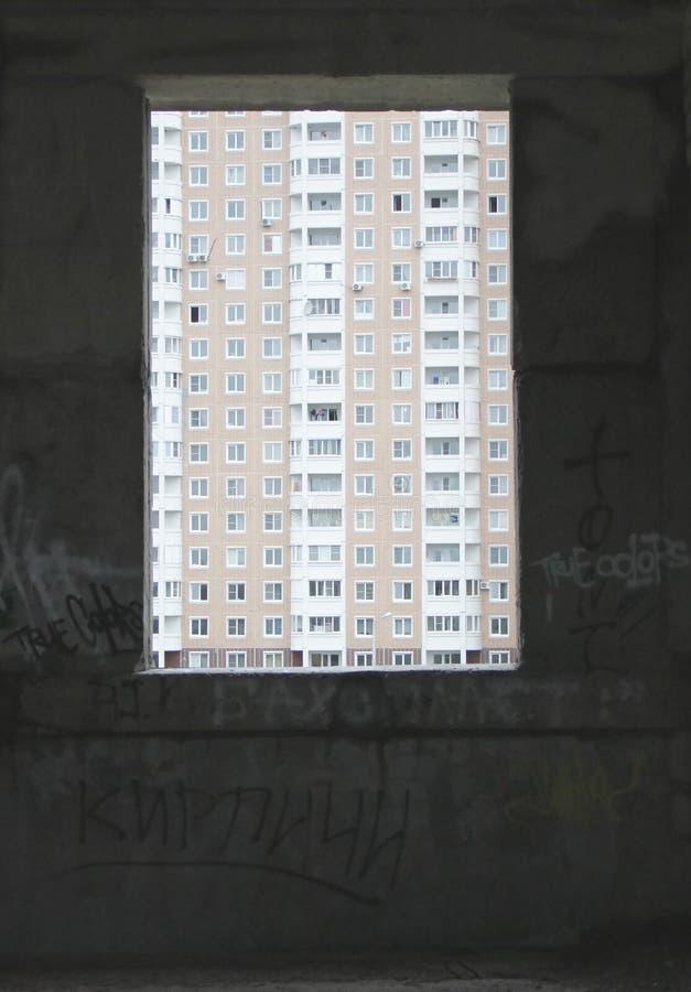 Okno w zaniechanym budynku inny dom zdjęcia royalty free