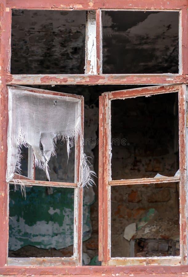 Okno w zaniechanym starym budynku zdjęcie royalty free