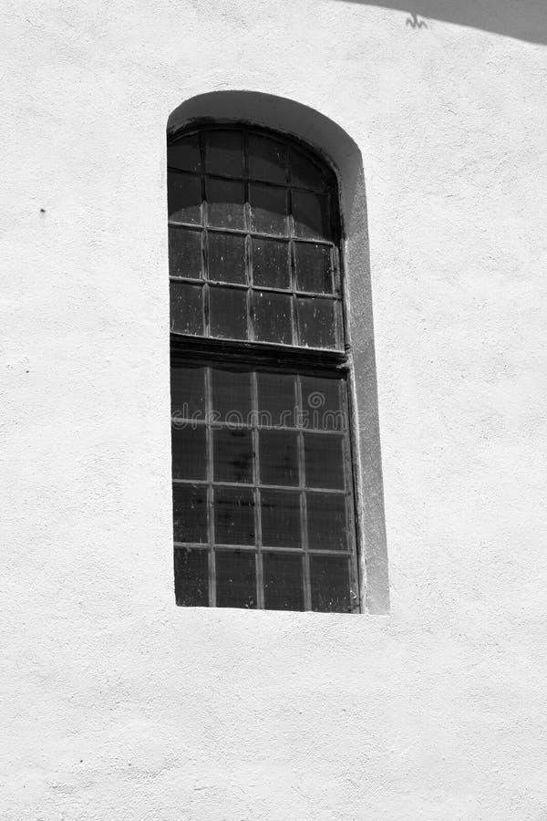 Okno Warowny średniowieczny saxon kościół w Veseud, Zied, jest wioską w komunie Chirpăr od Sibiu okręgu administracyjnego zdjęcie royalty free