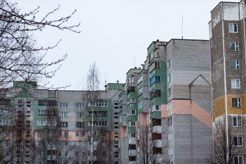 Okno wysocy domy na tle szary niebo zdjęcie stock
