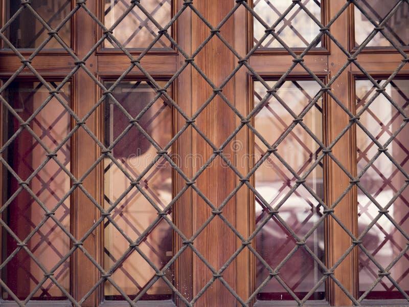 Okno z żelaznym gretingiem i starą ścianą kasztel obrazy stock
