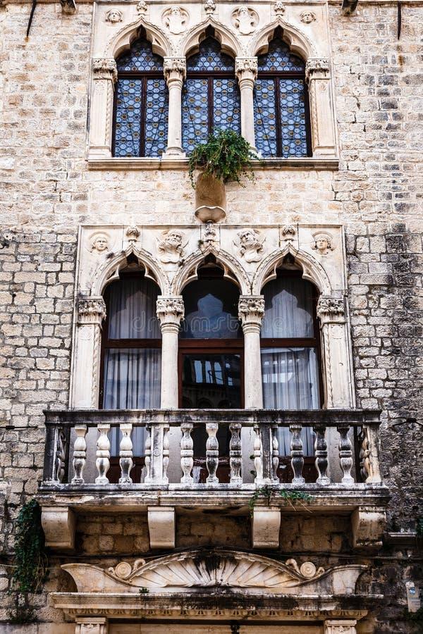 Okno z balkonem, rzeźby, wysklepia zdjęcie royalty free