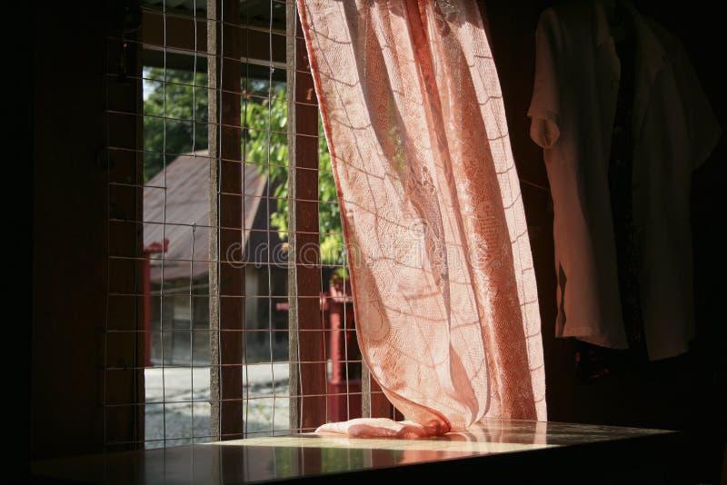 Okno z czerwoną zasłoną zdjęcie royalty free