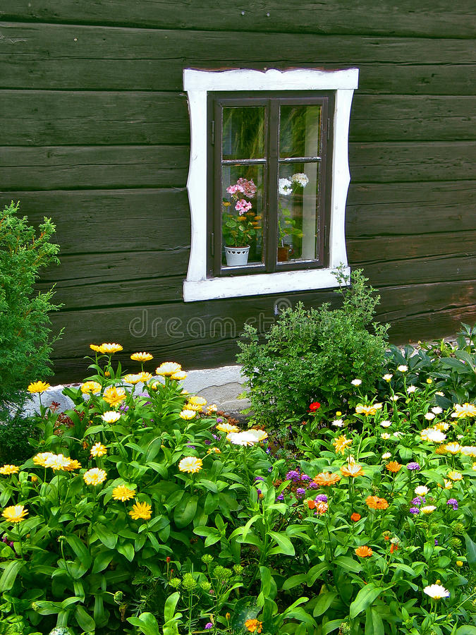 Okno z klombem obraz stock