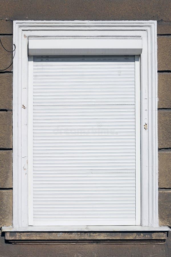Okno z rolkową żaluzją obraz royalty free
