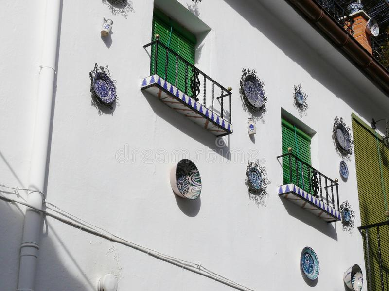 Okno z sunblind zas?on? i fasada z ceramicznymi dekoracjami zdjęcie stock