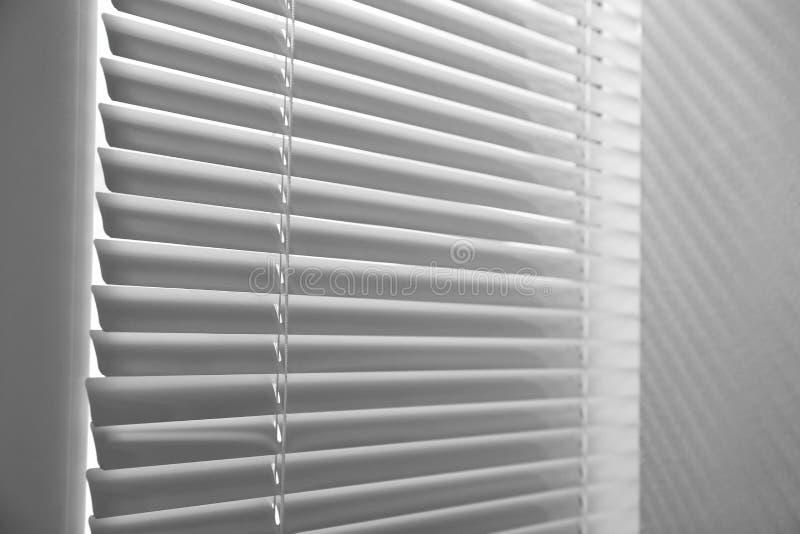 Okno z zamkniętymi horyzontalnymi storami obrazy royalty free