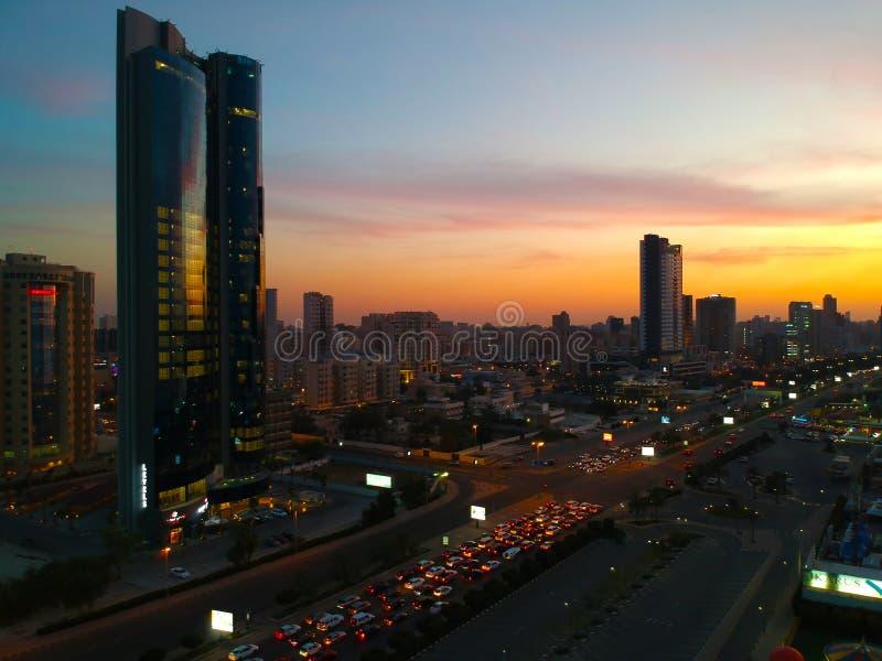 Około 12 Marzec 2019 - The Sun sety Kłaść Pięknych kolorów niuanse Nad zatoka Drogowym ruchem drogowym W Salmiya Kuwejt zdjęcie royalty free