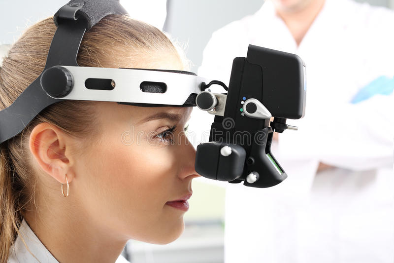 Oko egzamin przy oftalmologiem, oftalmoskop zdjęcia royalty free