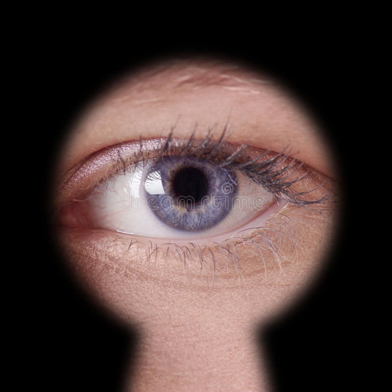 Oko patrzeje przez keyhole obraz stock