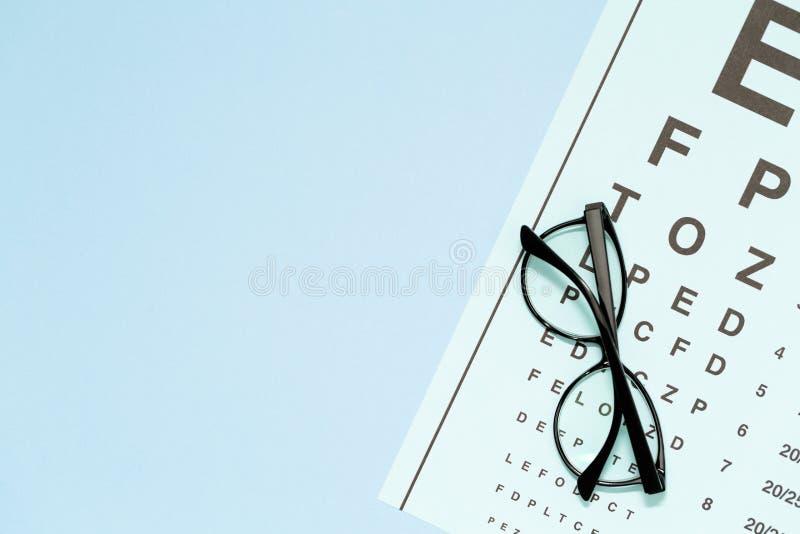 Oko test, oko egzamin Szkła z przejrzystymi okulistycznymi obiektywami na oko próbnej mapie zdjęcia stock
