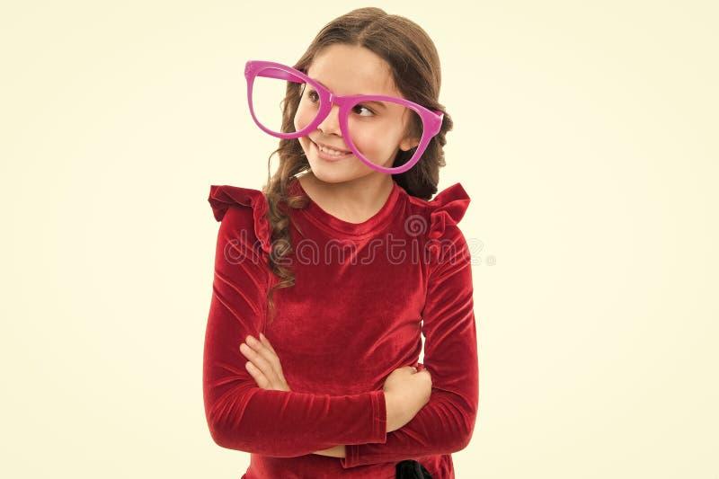 Oko ?wiczy ulepsza? wzrok Dziewczyna dzieciaka odzie?y duzi eyeglasses Optyki i wzroku traktowanie Wydajni ?wicze? oczy zdjęcia royalty free