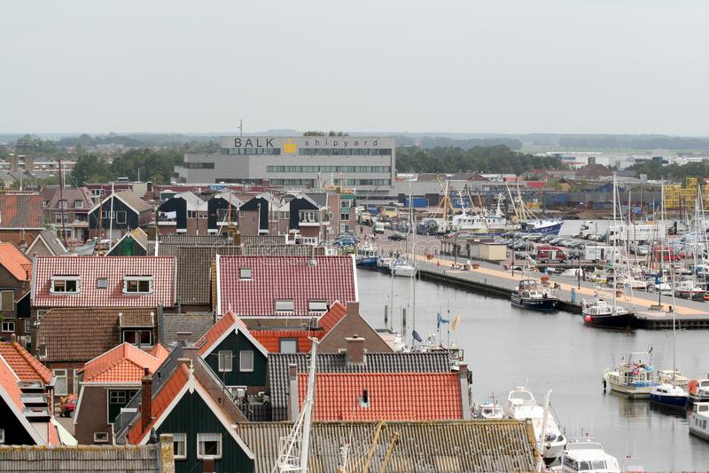 Oko widok nad wioską widzieć od latarni morskiej Urk obrazy stock