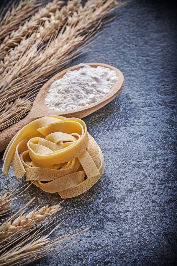 Okokt pasta för guld- för veterågöron trämjöl för sked på svart arkivfoton