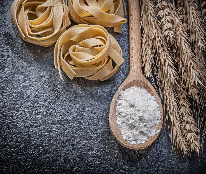 Okokt pasta för moget för veterågöron wood mjöl för sked på svartbac royaltyfri fotografi