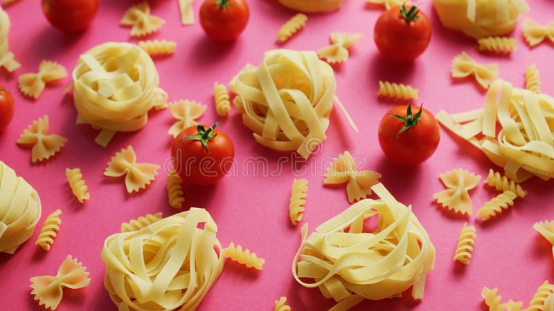 Okokt pasta med nya tomater arkivbild