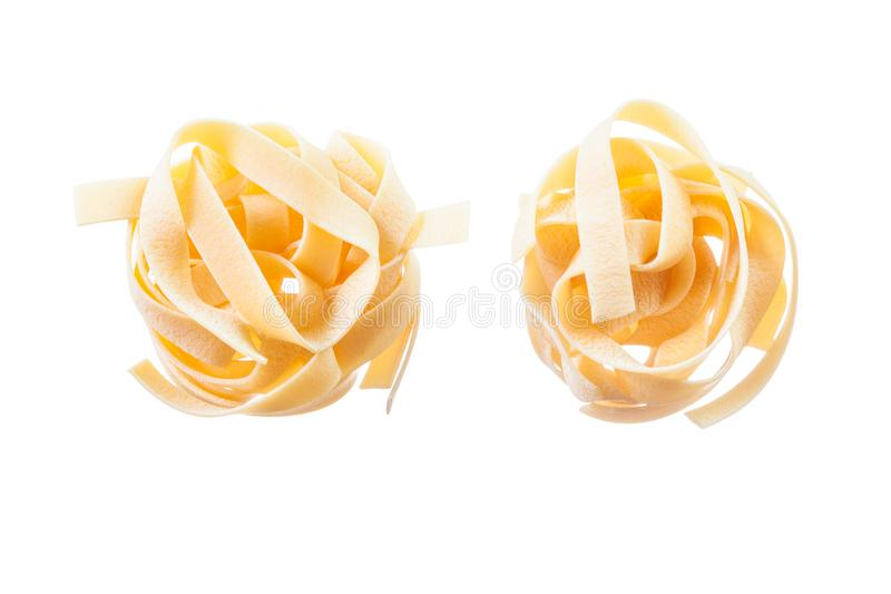 Okokt pasta som isoleras på vit arkivfoto