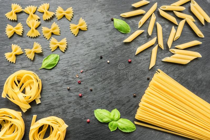 Okokt spagetti, penne, tagliatelle och farfalle arkivfoton