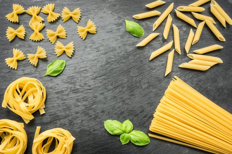 Okokt spagetti, penne, tagliatelle och farfalle arkivbild