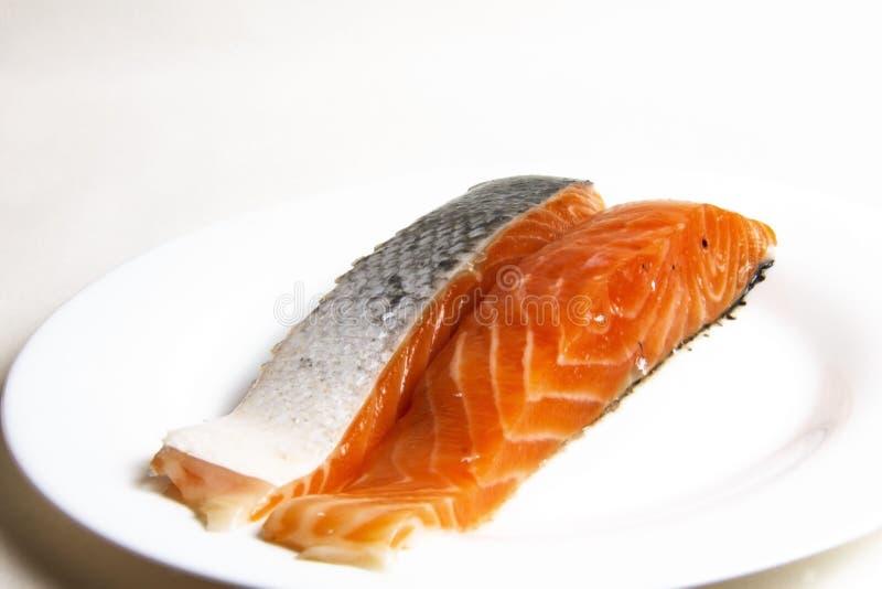 Okokta, nya rå laxfiskbiffar arkivfoton