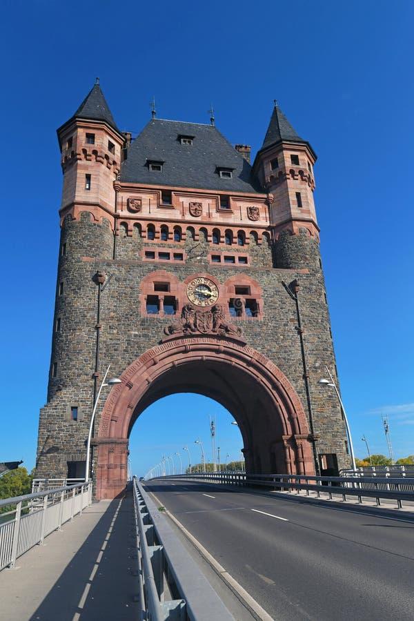Okolica wieży kulturalnej o nazwie 'Nibelungenbrücke' lub 'Nibelungentor' na moście w robakach miejskich w Niemczech fotografia royalty free