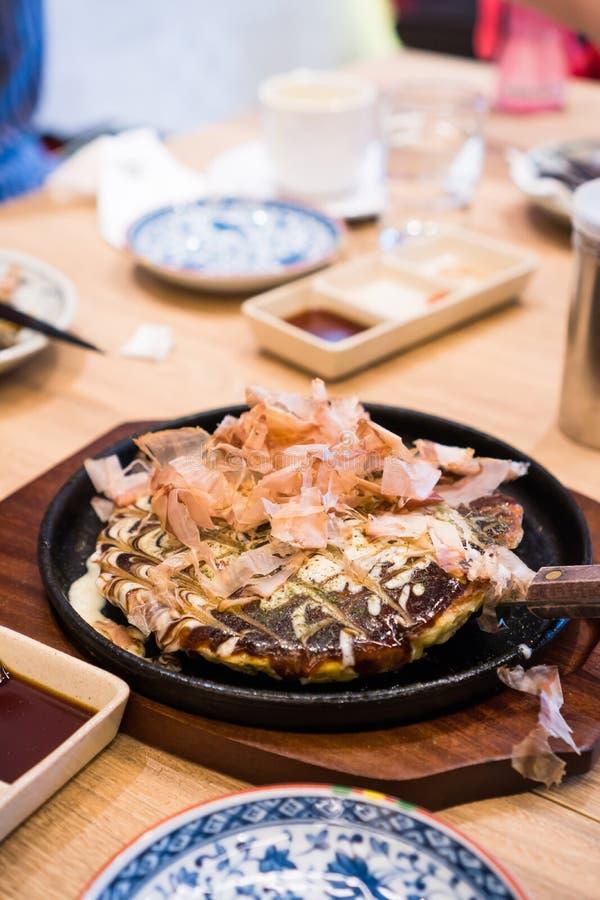 Okonomiyaki или японский блинчик стоковые фотографии rf