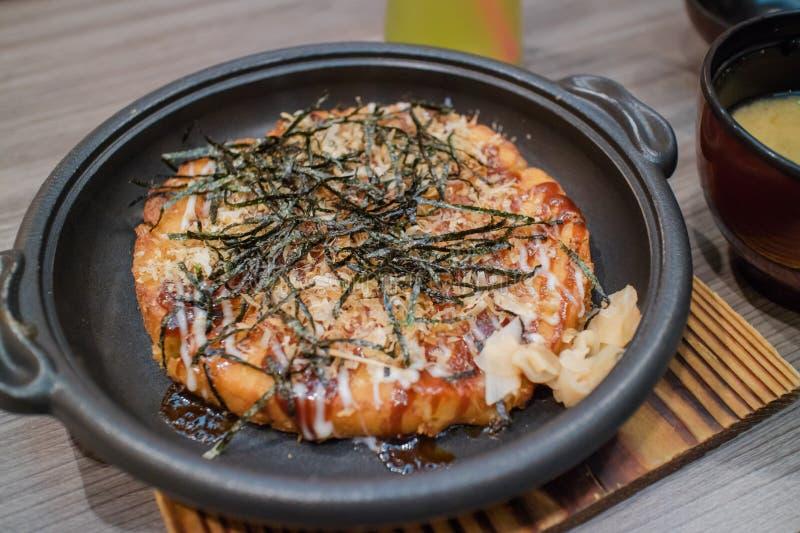 Okonomiyaki Japońska Tradycyjna pizza obrazy stock