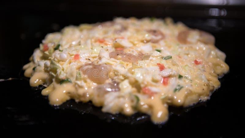 Okonomiyaki japo?czyka jedzenie Gotujący Monjayaki smażącego w restauracji Japonia zdjęcie royalty free