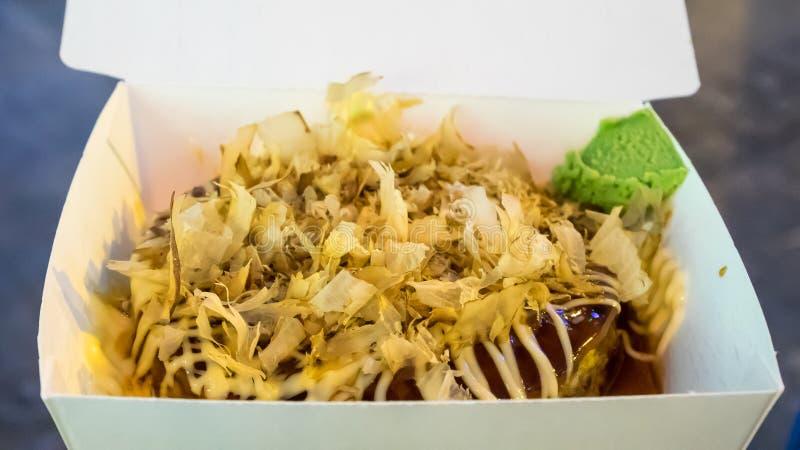 Okonomiyaki y x28; Pancake& japonés x29 de la pizza; en la caja de papel imagen de archivo libre de regalías