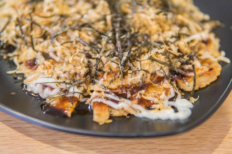 Okonomiyakikansai stijl, Japanse smakelijke pannekoek of gekend als Ja royalty-vrije stock afbeelding