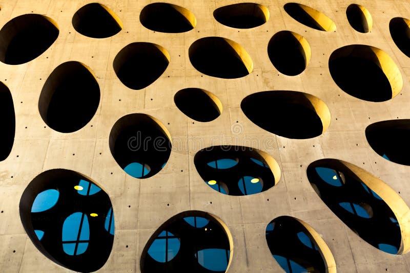 Okonventionell betongvägg med solen som shinning på denna vägg royaltyfri bild