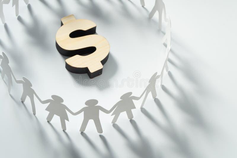 Okrąg papierowi ludzie trzyma ręki przed dużym dolarowym znakiem Konsumeryzm, gospodarki pojęcie fotografia royalty free