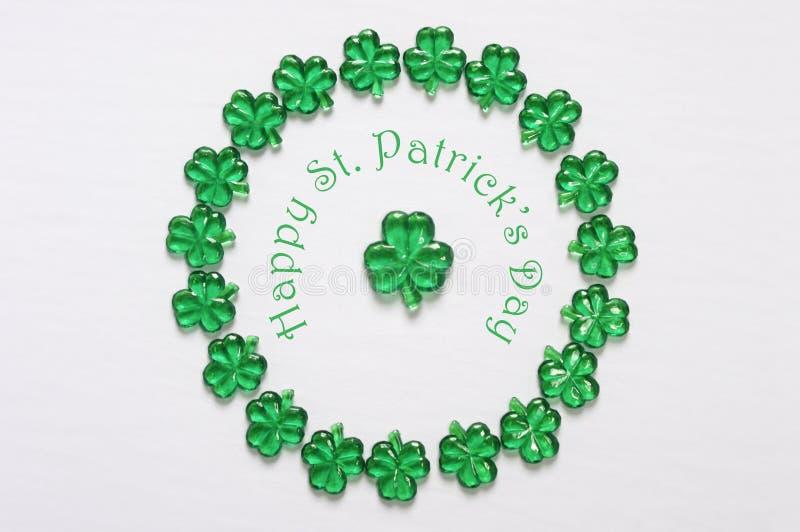 Okrąża ramę szklani shamrocks z Szczęśliwym St Patrick's dniem obraz royalty free