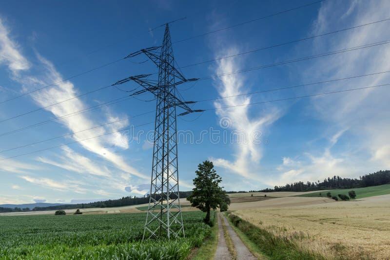 Okrągłe łąki słupowe linii elektroenergetycznych obraz stock