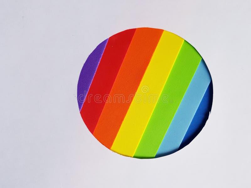 okrąg kształtował postać z foamy w tęcz kolorów i białego tle obraz stock