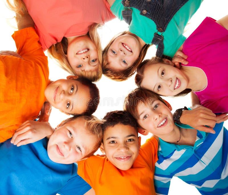 Okrąg szczęśliwi dzieciaki wpólnie ono uśmiecha się obraz royalty free