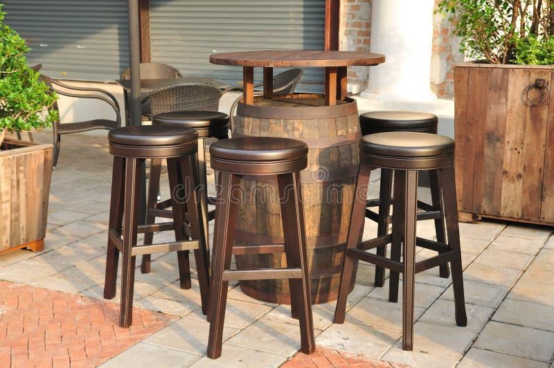 Okręgu drewniany krzesło, lokalna restauracja. fotografia royalty free