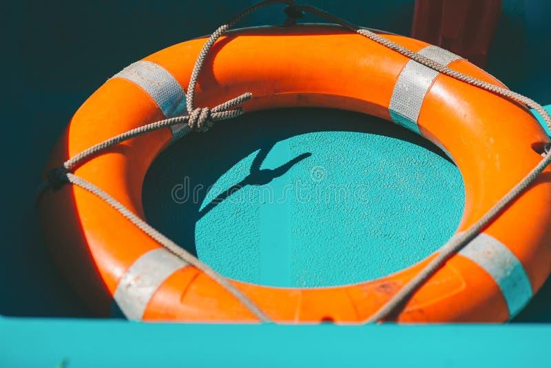 Okręgu ratunek w łodzi Pomarańcze lifebuoy zdjęcia royalty free