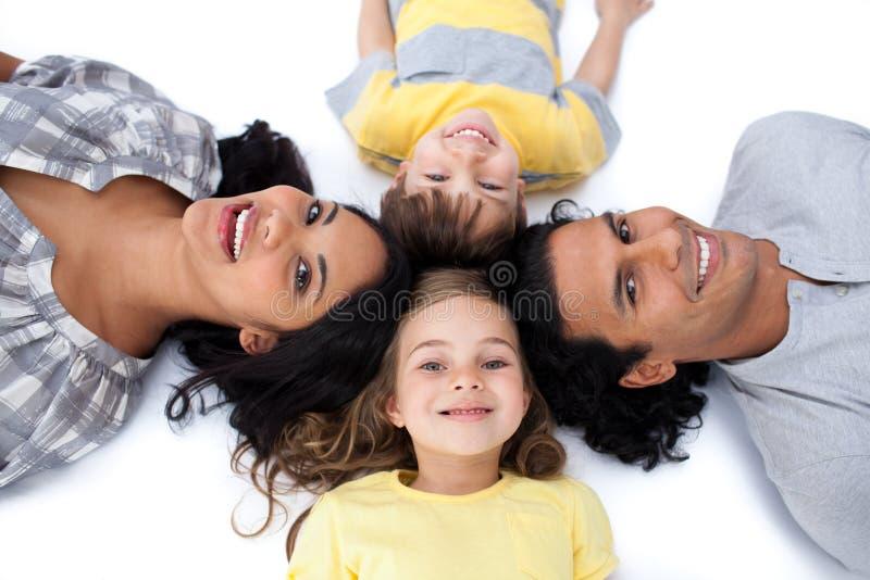 okręgu rodziny podłoga szczęśliwy lying on the beach wpólnie obraz stock