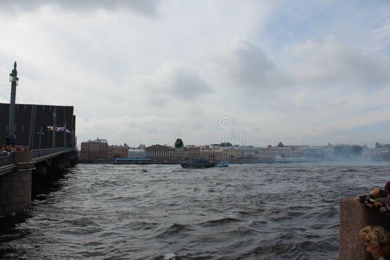 """Okrętu wojennego â """"– 348 w wodach Neva rzeka w dzień świętowania marynarka wojenna Rosja obrazy stock"""